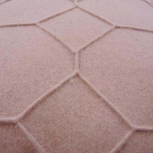 hexagon pale pink detail kussen licht zacht roze hinck amsterdam wolvilt 40x60cm woonaccessoires met bijzondere texturen met oog voor detail, handgemaakt en of handgeweven
