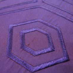 500-violetta-zijde kussen hexagon borduur(42x28cm)-2