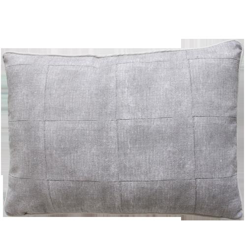 Voile grey kussen hinck amsterdam woonaccessoires met bijzondere texturen met oog voor detail van een hoge kwaliteit