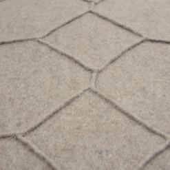hexagon beige detail kussen taupe zand naturel hinck amsterdam wolvilt 40x60cm woonaccessoires met bijzondere texturen met oog voor detail, handgemaakt en of handgeweven