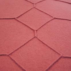 hexagon mineral red detail kussen diep roze hinck amsterdam wolvilt 40x60cm woonaccessoires met bijzondere texturen met oog voor detail, handgemaakt en of handgeweven