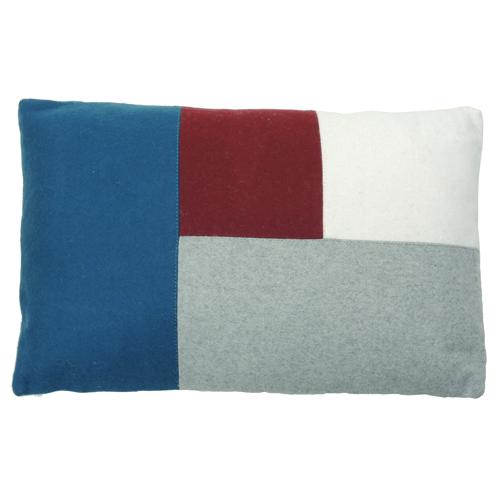 Color blocking navy kussen hinck amsterdam woonaccessoires met bijzondere texturen met oog voor detail van een hoge kwaliteit