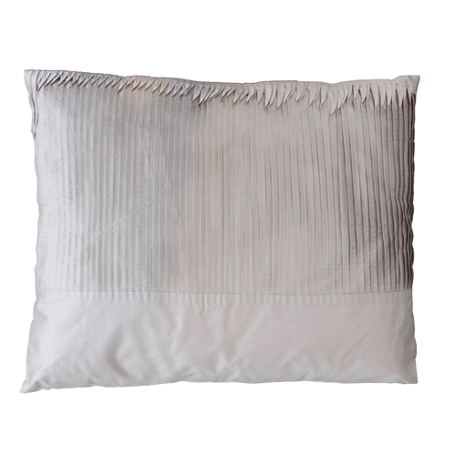 Verticale plooi grijs kussen hinck amsterdam woonaccessoires met bijzondere texturen met oog voor detail van een hoge kwaliteit