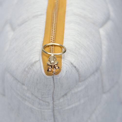 jersey hexagon puff ivory-ochre zip detail kussen naturel gekleurde rits hinck amsterdam jersey 50x50cm woonaccessoires met bijzondere texturen met oog voor detail, handgemaakt en of handgeweven