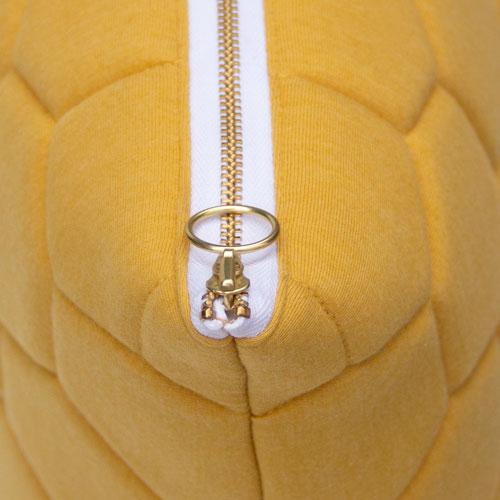 jersey Puff ochre-offwhite zip detail kussen ochre oker geel hinck amsterdam jersey 50x50cm woonaccessoires met bijzondere texturen met oog voor detail, handgemaakt en of handgeweven