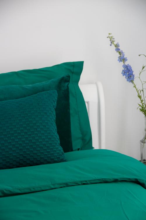 styling-beddengoed-Interieur inspiratie beddengoed dekbedovertrek groen gekleurd diepgroen cadmiumgreen bedding kussens vernieuwend hinck amsterdam woonaccessoires