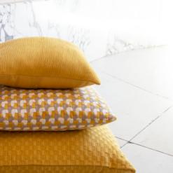 Interieur inspiratie oker ocre ochre geel nieuwste trend kussens vernieuwend hinck amsterdam woonaccessoires