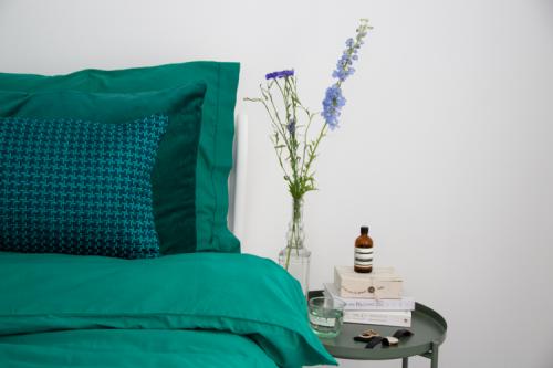 Interieur inspiratie beddengoed dekbedovertrek groen gekleurd diepgroen cadmiumgreen bedding kussens vernieuwend hinck amsterdam woonaccessoires