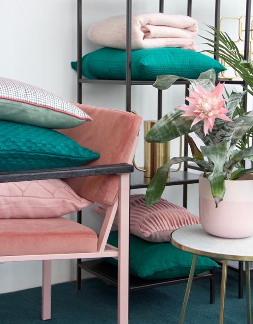 Interieur inspiratie roze groen cadmium emerald zachtroze pink green kussens nieuwste trend vernieuwend hinck amsterdam woonaccessoires