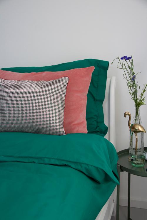 Interieur inspiratie beddengoed dekbedovertrek groen gekleurd diepgroen cadmiumgreen pink roze bedding kussens vernieuwend hinck amsterdam woonaccessoires